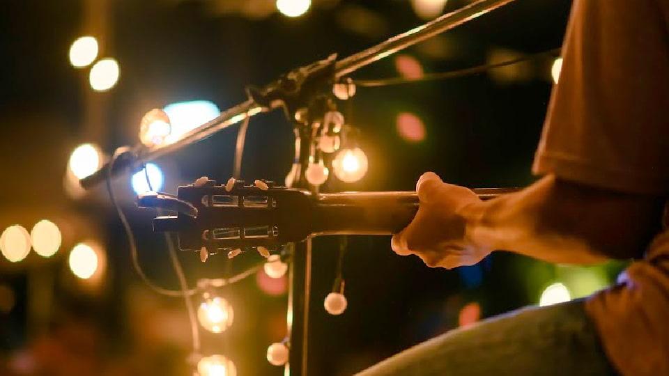 Músico tocando em festa de final de ano